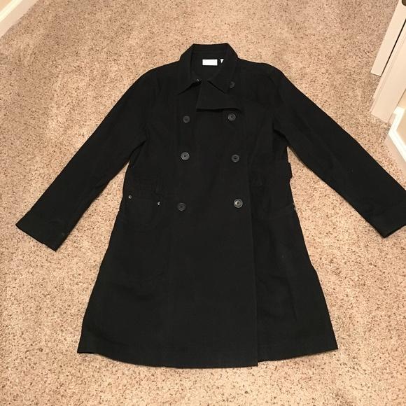 Dark academia look: black trenchcoat